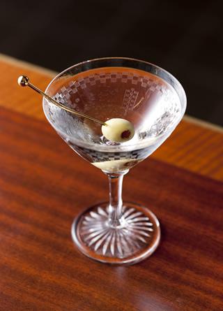 【お酒】マティーニの飲み方を把握して、ぜひバーで頼んでみよう!のサムネイル画像
