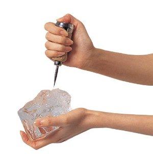 カクテルなどの氷を作る時などの「アイスピック」の使い方!のサムネイル画像