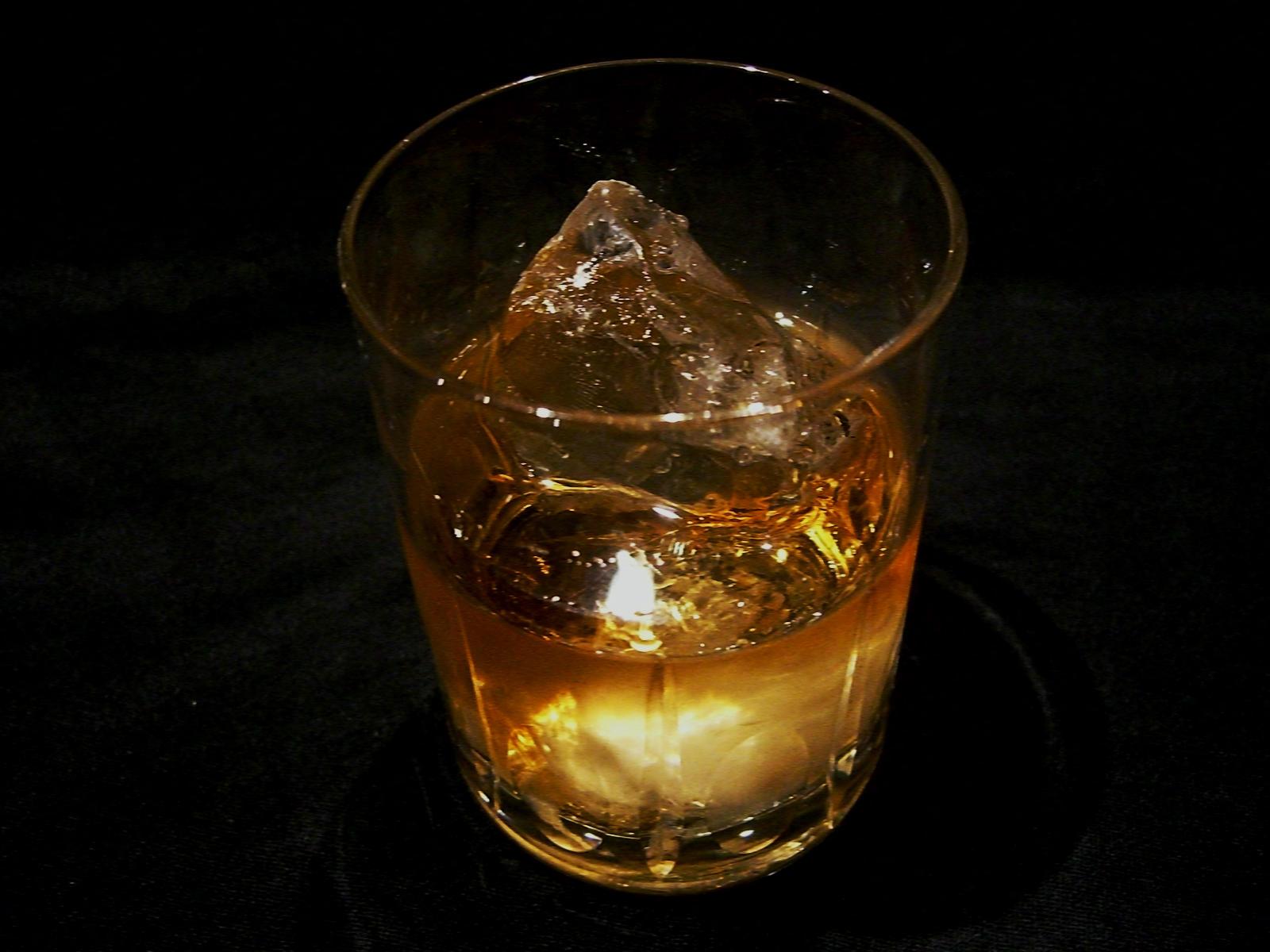 琥珀色の酒をカクテルで楽しもう。十色のウィスキーカクテルのサムネイル画像
