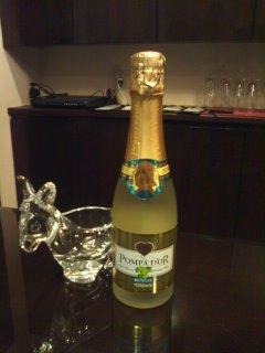 シャンパンでも手軽でカジュアルなポンパドールを楽しみましょうのサムネイル画像