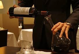 ワイン好きの必須アイテム?デカンタとは?その役割と使い方!のサムネイル画像