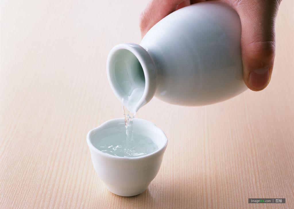 日本酒は高カロリーで太る!?日本酒で太らないポイント3つ!のサムネイル画像